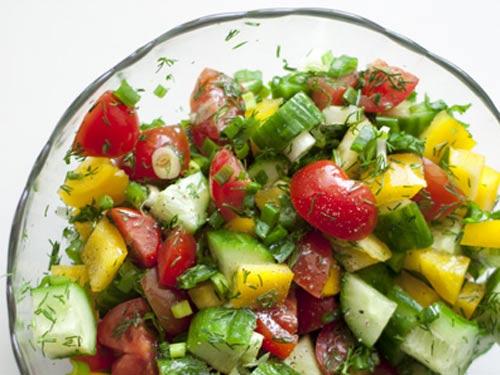 Салат из огурцов помидоров перца и лука слоями