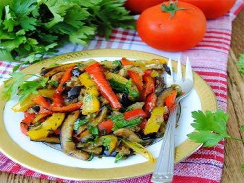 Салат из обжаренных овощей